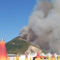 Violento incendio su Monte Petrino a Mondragone