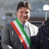Dopo l'intimidazione della camorra, Marcello De Rosa si dimette da sindaco.