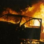 Litiga con il titolare e gli incendia l'auto