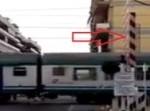 Sbarre non abbassate al passaggio a livello mentre passa il treno